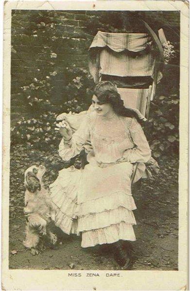 画像1: イギリス女優 Zena Dare ゼナ・デア  芸をするスパニエル犬(キャバリア) (1)