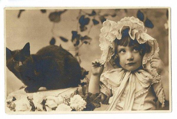 画像1: Postcard ボンネット帽子の女の子と黒猫 未使用  (1)