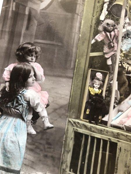 画像1: Postcard   おもちゃ屋さんの前の女の子たち  (1)