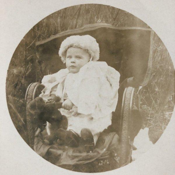画像1: Postcard 肖像写真 ぬいぐるみと赤ちゃん テディベア イギリス (1)