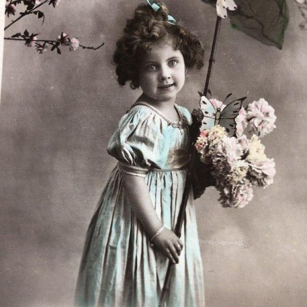 画像1: Postcard  蝶々と女の子 フランス1912年 写真 (1)