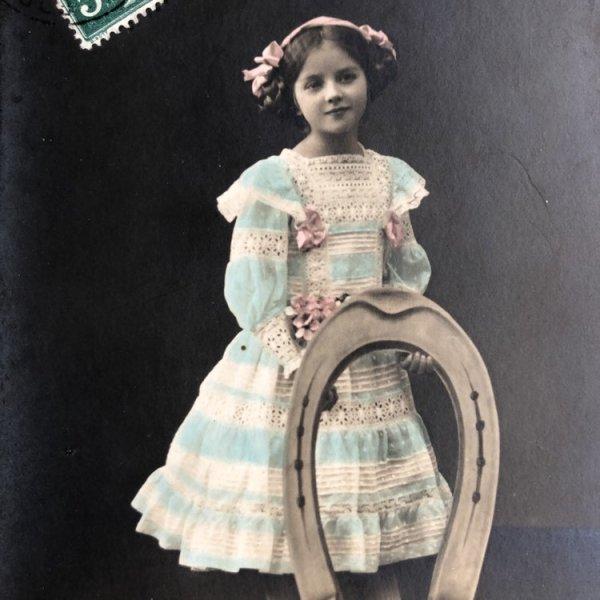 画像1: Postcard  大きな馬蹄と女の子 フランス1911年 写真 (1)