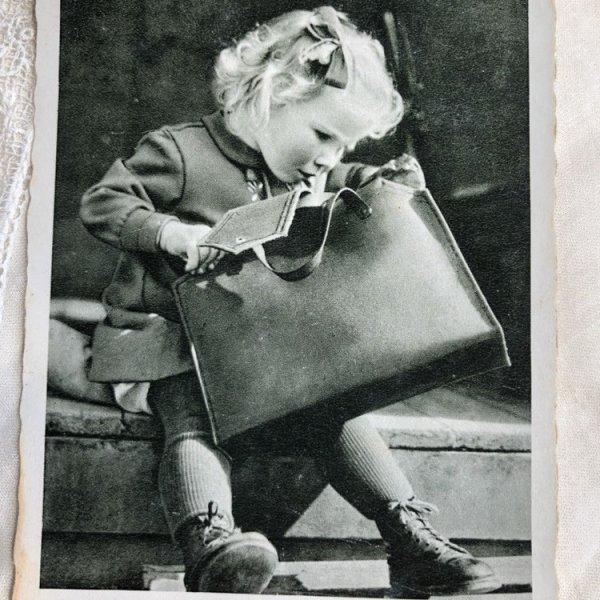 画像1: Postcard  大きなカバンと女の子 写真   (1)