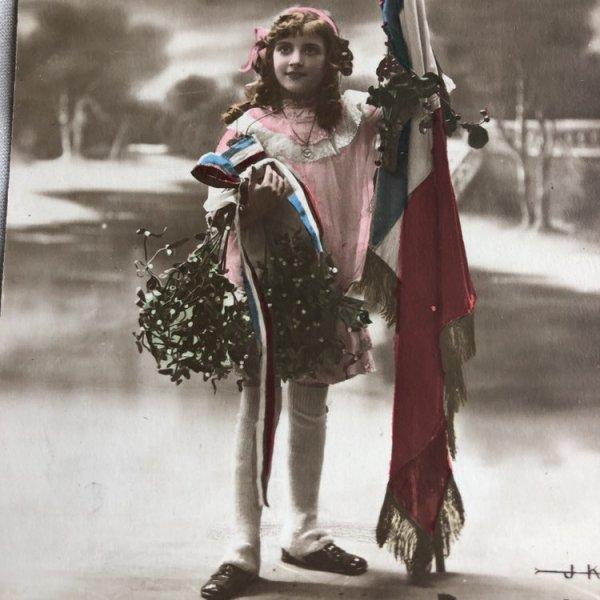 画像1: Postcard  フランスの旗とヤドリギを持つ女の子 未使用 (1)