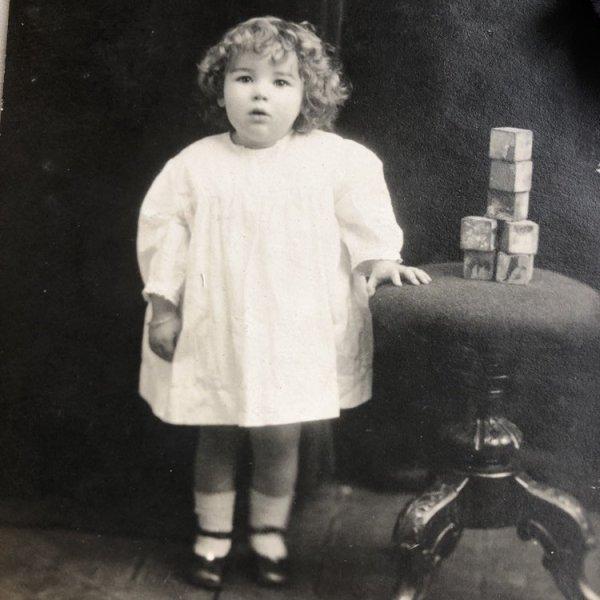 画像1: Postcard  肖像写真 積み木のおもちゃと女の子  (1)