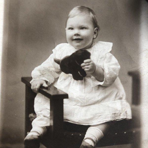 画像1: Postcard  肖像写真 ぬいぐるみと赤ちゃん (1)