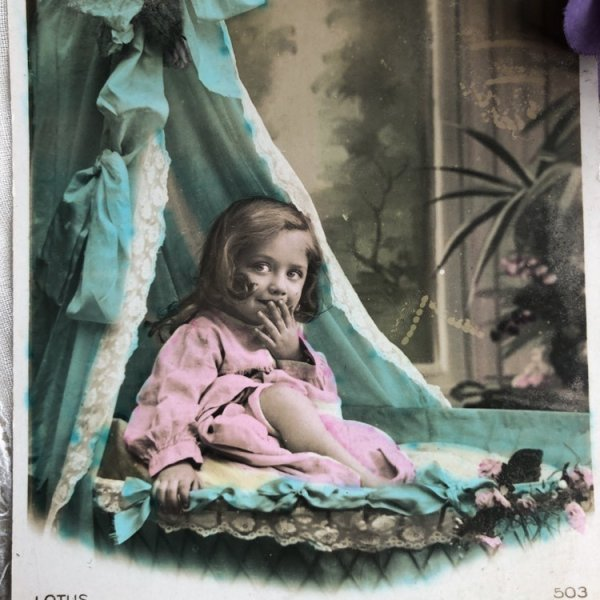 画像1: Postcard  ベッドの中の女の子 フランス (1)
