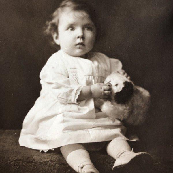 画像1: Postcard  肖像写真 犬のぬいぐるみと女の子 イギリス  (1)