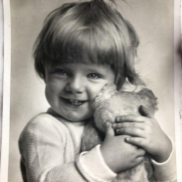 画像1: Postcard  テディベアを抱く子ども (1)