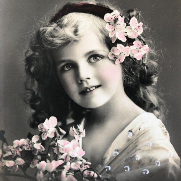 画像1: Postcard  ピンク色のお花と美しい女の子 未使用 (1)