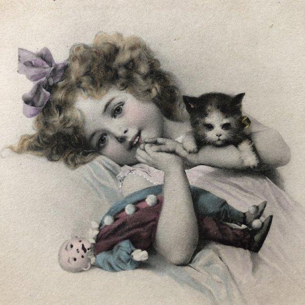 画像1: Postcard 子猫とお人形さんと寝転ぶ女の子 M.M.VIENNE (未使用) (1)