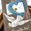 画像1: Postcard お花と手紙を運ぶ白鳩 忘れな草のお花のリース ハート イギリス1914年 (1)